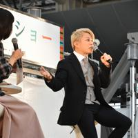 トークショーで「スカーレット」の撮影秘話などを披露する西川貴教さん(右)=大阪市北区の大阪ステーションシティ「時空の広場」で2019年11月10日午後2時27分、成松秋穂撮影