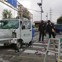 園児の列に突っ込んだ軽トラックを調べる捜査員ら=東京都八王子市宇津木町で2019年11月11日正午ごろ、野倉恵撮影