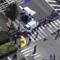 車両が保育園児の列に突っ込んだ現場を調べる捜査員ら=東京都八王子市で2019年11月11日午前11時25分、本社ヘリから