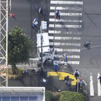 車両が保育園児の列に突っ込んだ現場を調べる捜査員ら=東京都八王子市で2019年11月11日午前11時28分、本社ヘリから