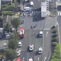車両が保育園児の列に突っ込んだ現場=東京都八王子市で2019年11月11日午前11時24分、本社ヘリから