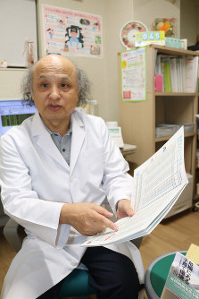 Akinori Masuda, a physician specializing in psychosomatic medicine, is seen at his clinic in Kagoshima on Oct. 31, 2019. (Mainichi/Hideho Furihata)