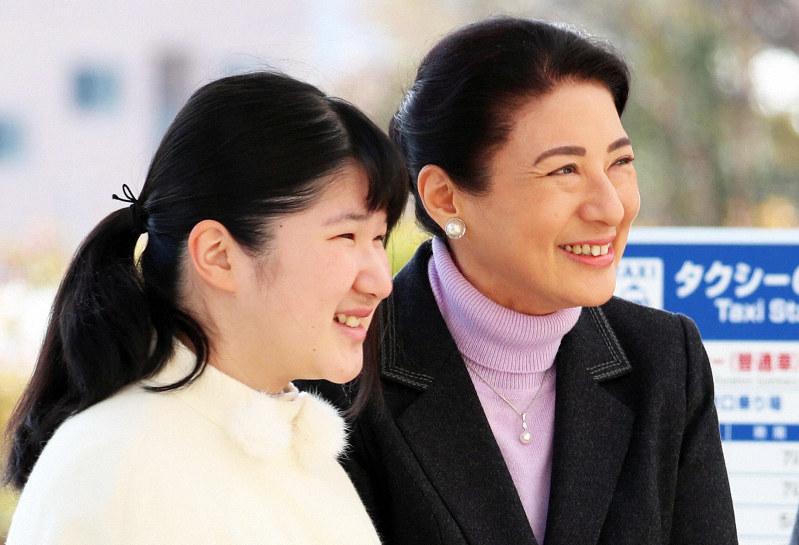 長野県内での静養のため、長野駅に到着された雅子さまと愛子さま=長野市で2019年3月25日、代表撮影