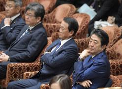 衆院予算委員会に臨む(右から)安倍晋三首相、麻生太郎財務相ら。外為法改正案は今国会の焦点の一つだ=国会内で11月6日、川田雅浩撮影