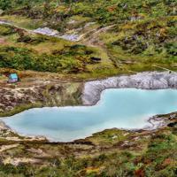マグマ・水蒸気噴火の想定火口範囲にある昭和湖。有毒な火山ガスが発生しており、立ち入りが禁止されている=栗駒山で9月27日