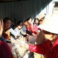 参加者に弁当を渡すベトナム人技能実習生