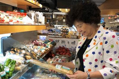 十勝産ナガイモを手に取る台湾の買い物客=台北市で8月20日、陳瑞涓撮影