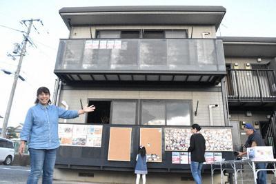 「サツキPROJECT」の第1号として改修予定のアパートの前に立つ津田由起子さん=岡山県倉敷市真備町地区で10月27日