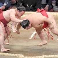 下手出し投げで阿武咲(右)を降す炎鵬=福岡国際センターで2019年11月12日、津村豊和撮影