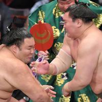 立ち合いで朝乃山(左)を攻める白鵬=福岡国際センターで2019年11月12日、津村豊和撮影