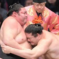 剣翔(左)に攻め込む竜電=福岡国際センターで2019年11月12日、津村豊和撮影