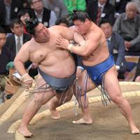 徳勝龍(左)を押し出しで破る若隆景=福岡国際センターで2019年11月12日、津村豊和撮影
