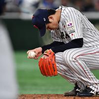 【日本―米国】三回表米国1死三塁、打者に四球を与えマウンドでうつむく日本の先発・高橋=東京ドームで2019年11月12日、大西岳彦撮影