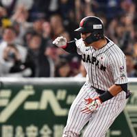 【日本―米国】四回裏日本1死、中越え三塁打を放った鈴木=東京ドームで2019年11月12日、大西岳彦撮影