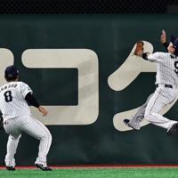 【日本―米国】六回表米国無死、ロッカーの打球を好捕する丸(右)=東京ドームで2019年11月12日、大西岳彦撮影