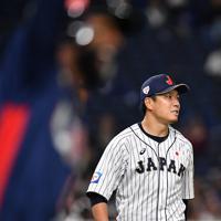 【日本―米国】七回表米国1死、アデルに右越え本塁打を打たれる日本の大野=東京ドームで2019年11月12日、大西岳彦撮影