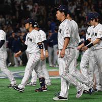 【日本―米国】米国に敗れベンチに引き上げる浅村(手前)ら日本の選手たち=東京ドームで2019年11月12日、大西岳彦撮影