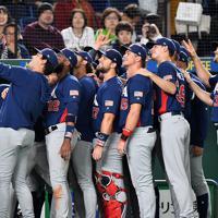 【日本―米国】日本に勝利し写真を撮る米国の選手たち=東京ドームで2019年11月12日、大西岳彦撮影