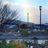 浸水した町並みにかかる虹をみつめる女性=福島県本宮市本宮で2019年11月12日午前6時56分、渡部直樹撮影