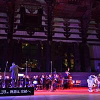 「スター・ウォーズ」シリーズの新作公開を前に、東大寺大仏殿前で音楽奉納をする吹奏楽団=奈良市で2019年11月12日午後7時58分、猪飼健史撮影