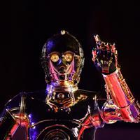 「スター・ウォーズ」シリーズの新作公開を前に東大寺で行われた音楽奉納に登場したC-3PO=奈良市で2019年11月12日午後8時10分、猪飼健史撮影