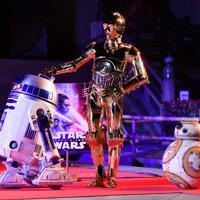 「スター・ウォーズ」シリーズの新作公開を前に東大寺で音楽奉納が行われ、鑑賞する(左から)R2-D2、C-3PO、BB-8=奈良市で2019年11月12日午後7時59分、猪飼健史撮影