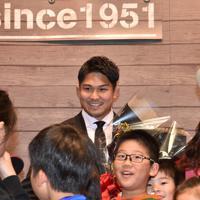 集まった多くのファンに囲まれ笑顔を見せる姫野和樹選手(中央)=愛知県豊田市の豊田市役所で2019年11月12日午後5時46分、三浦研吾撮影