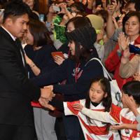 集まったファンと握手をする姫野和樹選手(左から2人目)=愛知県豊田市の豊田市役所で2019年11月12日午後5時半、三浦研吾撮影