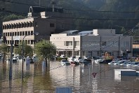 The Marumori Municipal Government headquarters, left, is seen submerged in water as a result of heavy rain brought by powerful Typhoon Hagibis in the northeastern Japan prefecture of Miyagi on Oct. 13, 2019. (Mainichi/Hana Fujita)
