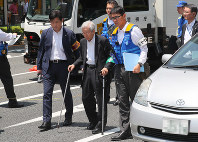 Kozo Iizuka, center, a former head of the Agency of Industrial Science and Technology who caused a car crash in Tokyo's Ikebukuro district that killed a toddler and her mother, participates in an inspection of the accident scene on the morning of June 13, 2019. (Mainichi/Naoaki Hasegawa)