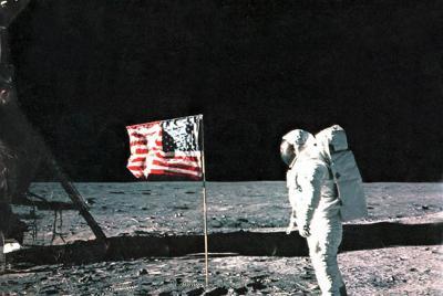 アポロ11号は1969年、月に着陸した。計画は日本からの鯨油に支えられていたのかもしれない=NASA提供