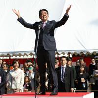 主催した「桜を見る会」であいさつする安倍晋三首相(中央)=東京都新宿区の新宿御苑で2019年(平成31年)4月13日、代表撮影
