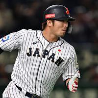 【日本―メキシコ】一回裏日本2死二塁、鈴木が中前適時打を放ち一塁へ向かう=東京ドームで2019年11月13日、大西岳彦撮影