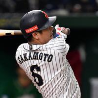 【日本―メキシコ】二回裏日本1死一、二塁、坂本勇が左前適時打を放つ=東京ドームで2019年11月13日、大西岳彦撮影