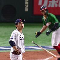 【日本―メキシコ】四回表メキシコ無死、ジョーンズ(右)に左越え本塁打を打たれ打球の行方を追う日本の先発・今永=東京ドームで2019年11月13日、藤井達也撮影