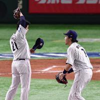 【日本―メキシコ】四回表メキシコ無死、ジョーンズに左越え本塁打を打たれた日本の先発・今永(左)に声をかける松田=東京ドームで2019年11月13日、藤井達也撮影