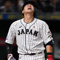 【日本―メキシコ】五回裏日本2死二、三塁、会沢が見逃し三振に倒れる=東京ドームで2019年11月13日、大西岳彦撮影