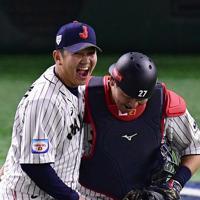 【日本―メキシコ】メキシコに勝利し、笑顔を見せる山崎(左)と会沢=東京ドームで2019年11月13日、藤井達也撮影