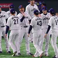 【日本―メキシコ】メキシコに勝利し、選手たちを迎える稲葉監督(中央)=東京ドームで2019年11月13日、藤井達也撮影