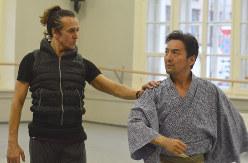 コラボ演目「信長」の公演を控え、振り付けの確認をするファルフ・ルジマトフさん(左)と藤間蘭黄さん=サンクトペテルブルクで2019年11月10日、大前仁撮影