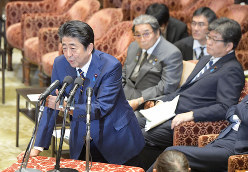 萩生田光一文部科学相(右)の「身の丈」発言のダメージは大きかった(国会内で11月6日)