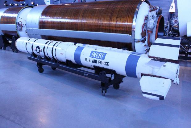 米国が東西冷戦時代に開発したASATミサイル。F15戦闘機から発射し、高度560キロまで到達できる=会川晴之撮影、2019年8月31日、ワシントン郊外のスミソニアン航空宇宙博物館で