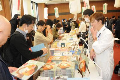 終日にぎわったブックマーケット=東京都千代田区の出版クラブビルで9日