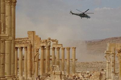 ISの攻撃で破壊されたパルミラ遺跡の凱旋門のアーチ=シリア中部パルミラで2017年12月18日、篠田航一撮影