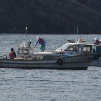 反対派住民の漁船(手前)に船で近付き、移動を求める中国電力社員
