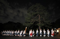 Participants in the Great Thanksgiving Ceremony held in conjunction with the ascension of Emperor Naruhito to the Imperial Throne enter the Daijokyu Halls in the East Gardens of the Imperial Palace in Tokyo on the afternoon of Nov. 14, 2019. (Mainichi/Junichi Sasaki)