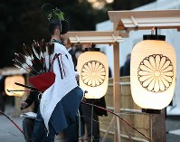 A participant in the Great Thanksgiving Ceremony held in conjunction with the ascension of Emperor Naruhito to the Imperial Throne enters the Daijokyu Halls in the East Gardens of the Imperial Palace in Tokyo on the afternoon of Nov. 14, 2019. (Mainichi/Junichi Sasaki)