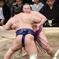 朝乃山(奥)が北勝富士を寄り切りで破る=福岡国際センターで2019年11月14日午後5時19分、矢頭智剛撮影