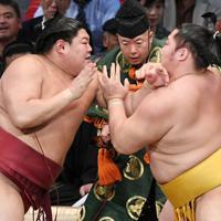 阿炎(左)が遠藤を突き出しで破る=福岡国際センターで2019年11月14日午後5時24分、矢頭智剛撮影