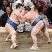 立ち会いで激しくぶつかる琴奨菊(左)と正代=福岡国際センターで2019年11月14日午後4時32分、矢頭智剛撮影